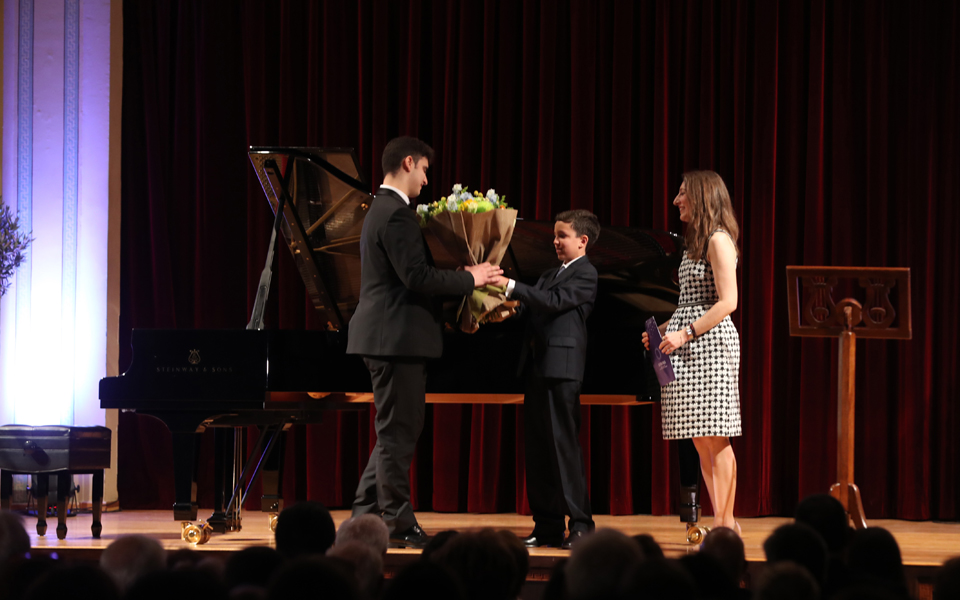 O ανερχόμενος 17χρονος πιανίστας Aλέξανδρος Κυριακόπουλος έπαιξε στη μνήμη της Νίκολα.